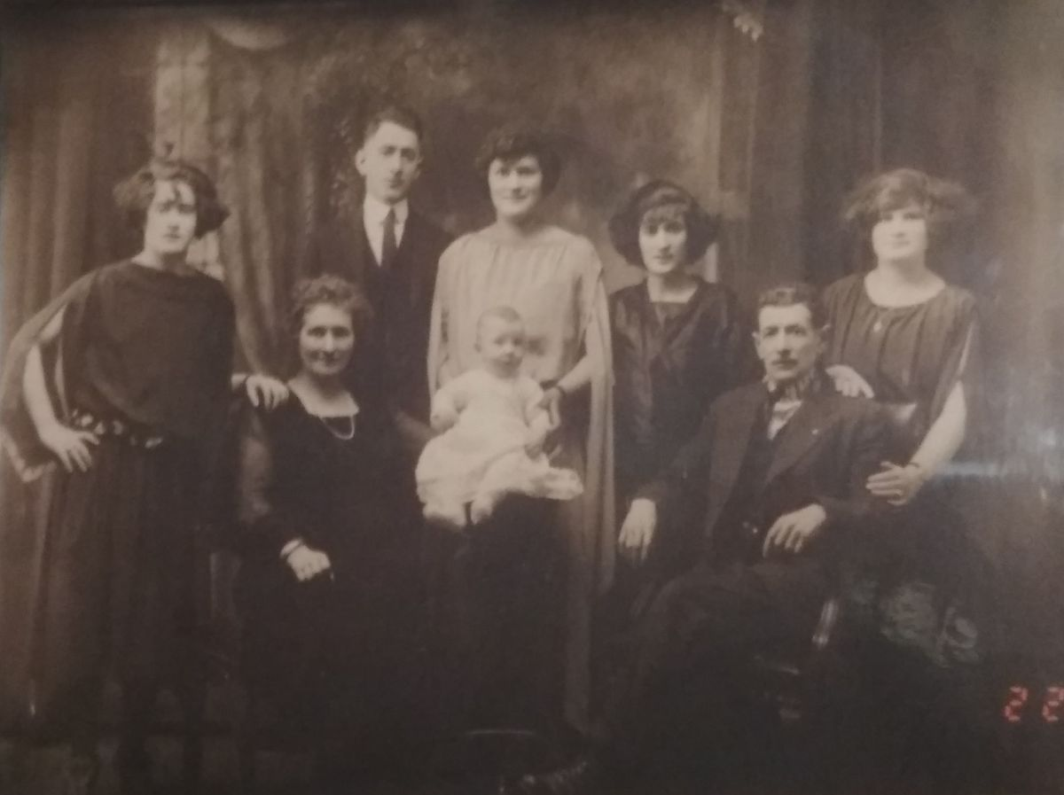 Family of emigrants from Khaschevatoye in USA, beginning of XX century
