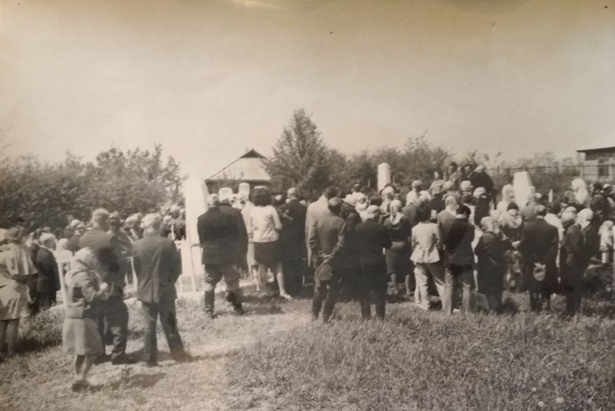 Memorial meeting in Khaschevatoye Jewish cemetery, 1960's-1970's